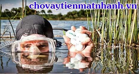 Nghề vớt bóng golf dưới hồ đem lại thu nhập tiền tỷ