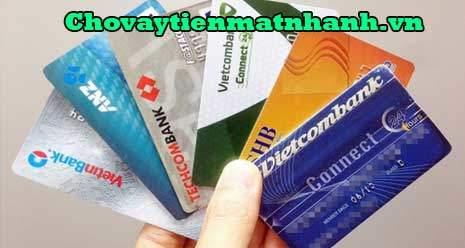 Cho công nhân vay tiền đòi thế chấp thẻ atm