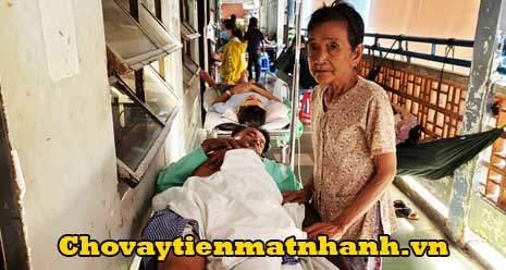Cụ bà 80 tuổi vay tiền chăm con bị móc túi ở bệnh viện